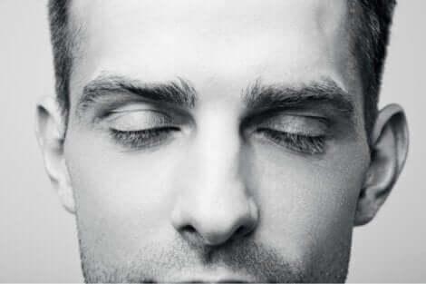 Et nærbilde av en fyr som dagdrømmer.