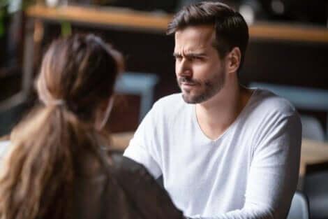 Et par som snakker på en restaurant.