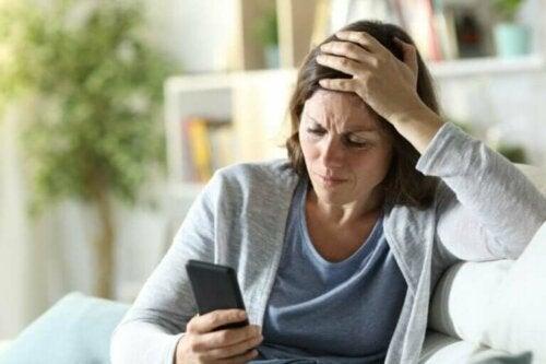 """Hva er """"doomscrolling"""" og hvorfor bør du stoppe?"""