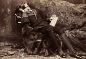 Oscar Wildes bilde av å slappe av på en sofa.