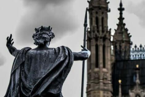 Statue foran en katedral i London