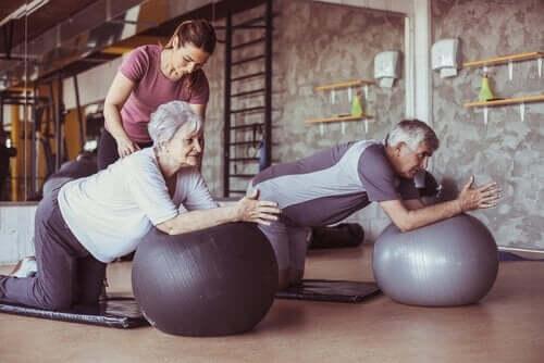 Eldre mennesker som trener i aldersvennlige byer.