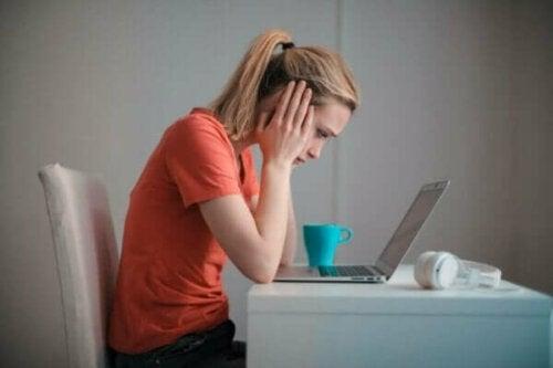 Kvinne foran PC.