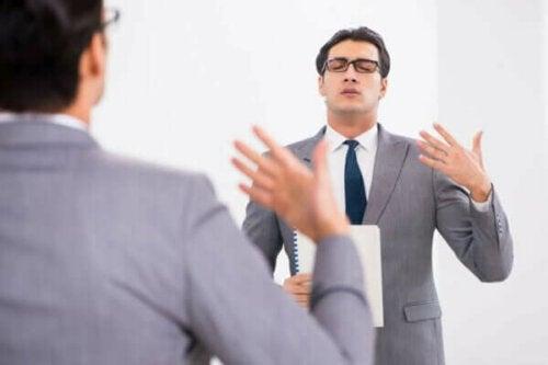 Mann som øver seg på tale.