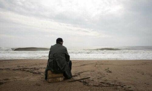 Mann som ser på havet.