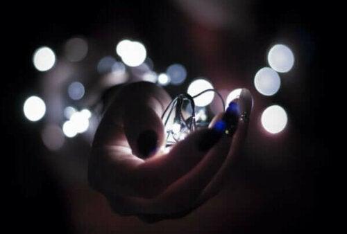 En hånd som holder et lys.
