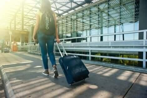 En kvinne som drar på en koffert.