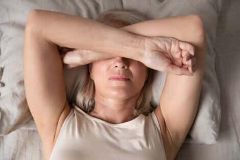En kvinne som ikke vil komme seg ut av sengen.