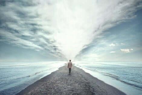 En mann som går ut mot havet.