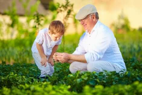 Et barn og bestefaren koser seg sammen ute.