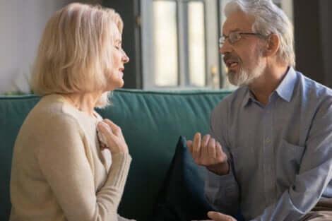 Et eldre par som snakker om forholdet sitt.