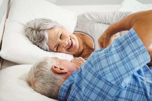 Et eldre par i sengen.