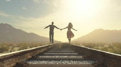 Et par som går på togskinnene.