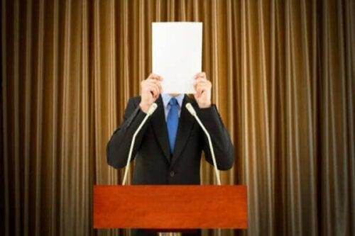 Hvordan takle sceneskrekk og frykten for å feile