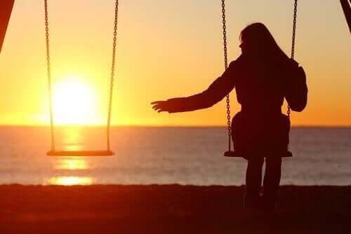Kvinne som husker alene.