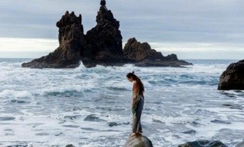 Kvinne ved havet.