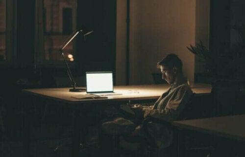 Mann som sitter alene.