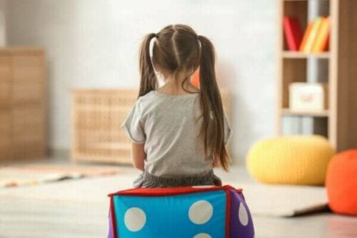 En jente som sitter i et rom.