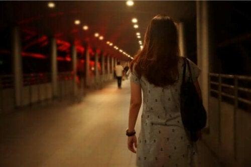 En kvinne som krysser en bro.