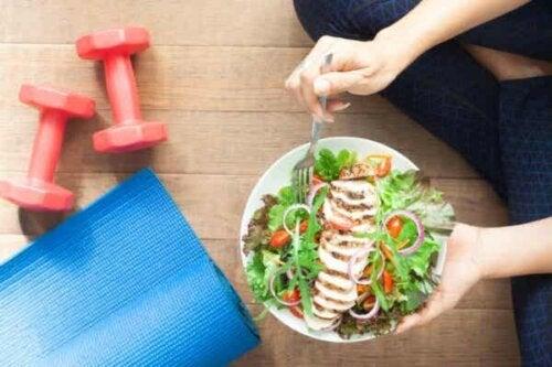 En person som holder en salat.
