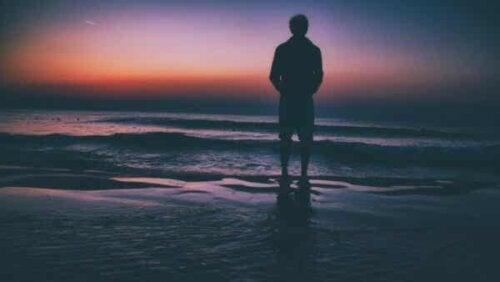 En person ved sjøen.