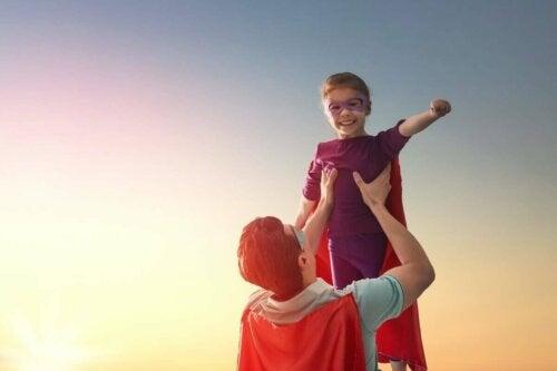 Far og sønn er superhelter.