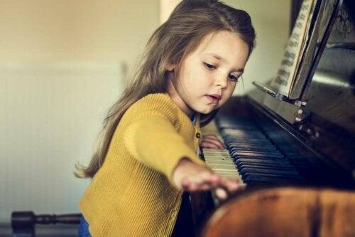 Jente som spiller piano.