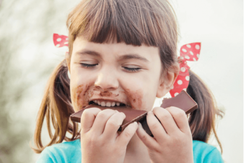 Jente som spiser sjokolade.