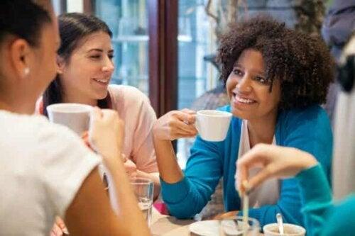 En gruppe kvinner som snakker over kaffe.