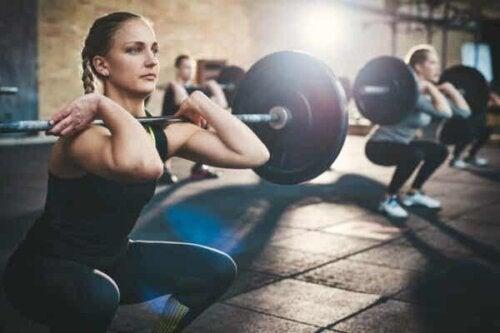 En kvinne som løfter vekter.