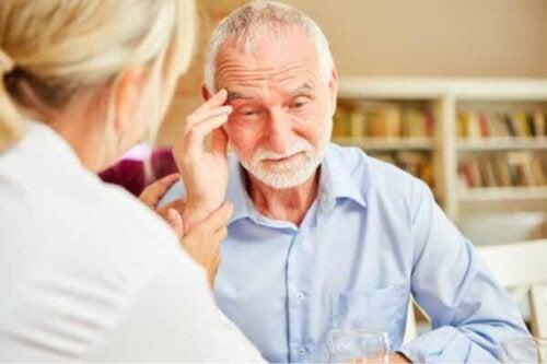 En mann i et av stadiene av Alzheimers.