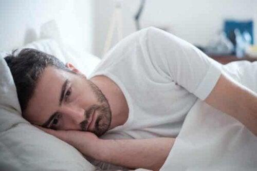 En mann i sengen.