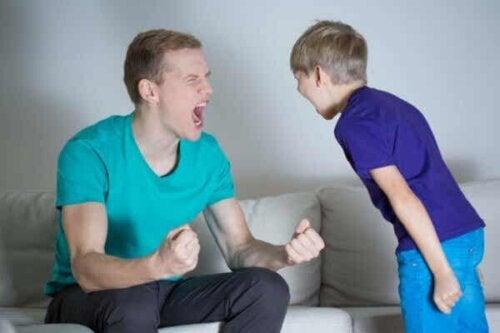 En mann og en gutt som skriker til hverandre.