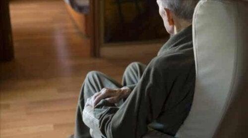 En mann på en sofa.