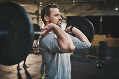 En mann på treningsstudioet.