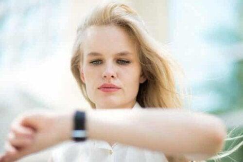 En person som ser på klokken sin.