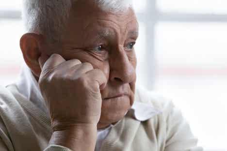 En mann som ser deprimert ut, kanskje lider av psykotisk depresjon