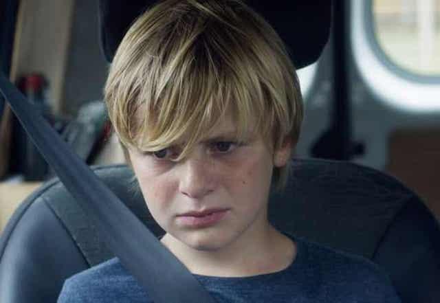 En trist gutt i en bil fra Jusqu'à la garde
