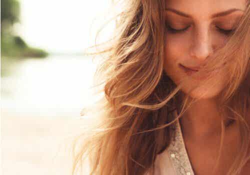 En lykkelig kvinne med lukkede øyne