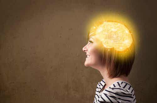 En kvinne med lykkesonen i hjernen hennes lyser opp