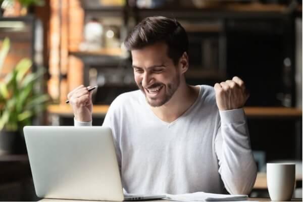 En lykkelig mann som viser fordelene med eustress