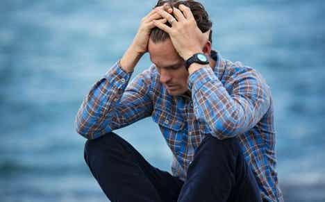 En mann som ser stresset ut