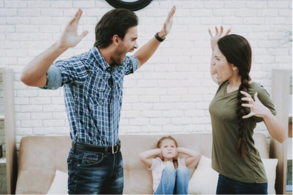 Et par som roper på hverandre foran barnet sitt