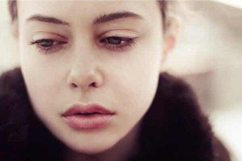 En kvinne som ser trist ut.