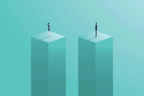 En mann og kvinne som står på søyler.