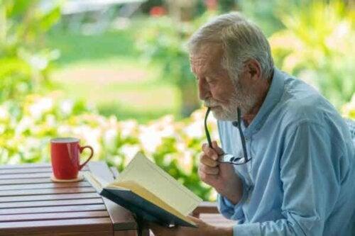 En mann som leser.