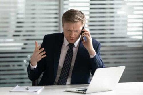 En mann som snakker i en telefon.