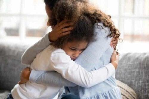 En mor som hjelper barnet sitt med å komme seg fra traumer.