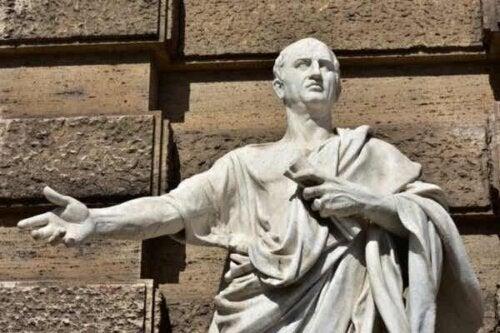 En statue av Marco Tullio Cicero.