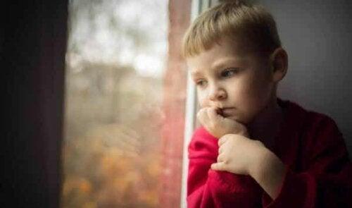 En trist gutt, som kanskje har blitt manipulert av foreldrene.